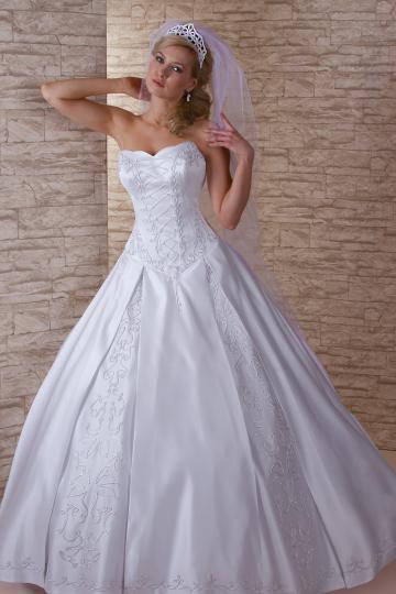 33a4a68c9f Magyaros menyasszonyi ruhák kölcsönzése Gyömrőn az Erika Szalonban