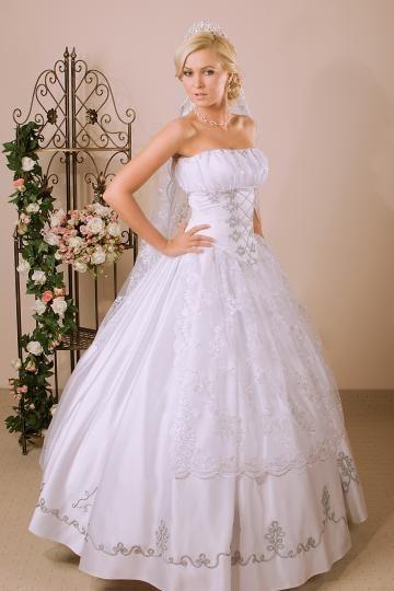 b52d3d6b92 Ne feledd: a fenti magyaros menyasszonyi ruhák szalonunkban  felpróbálhatóak! Hívj minket a +36 (70) 262-1922-es számon és egyeztess  időpontot ingyenes ...
